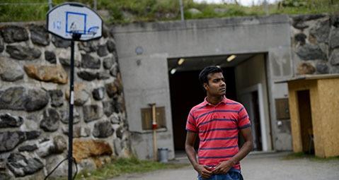 Ohne Tageslicht: Wie Asylbewerber in der Schweiz unterirdisch in Bunkern leben