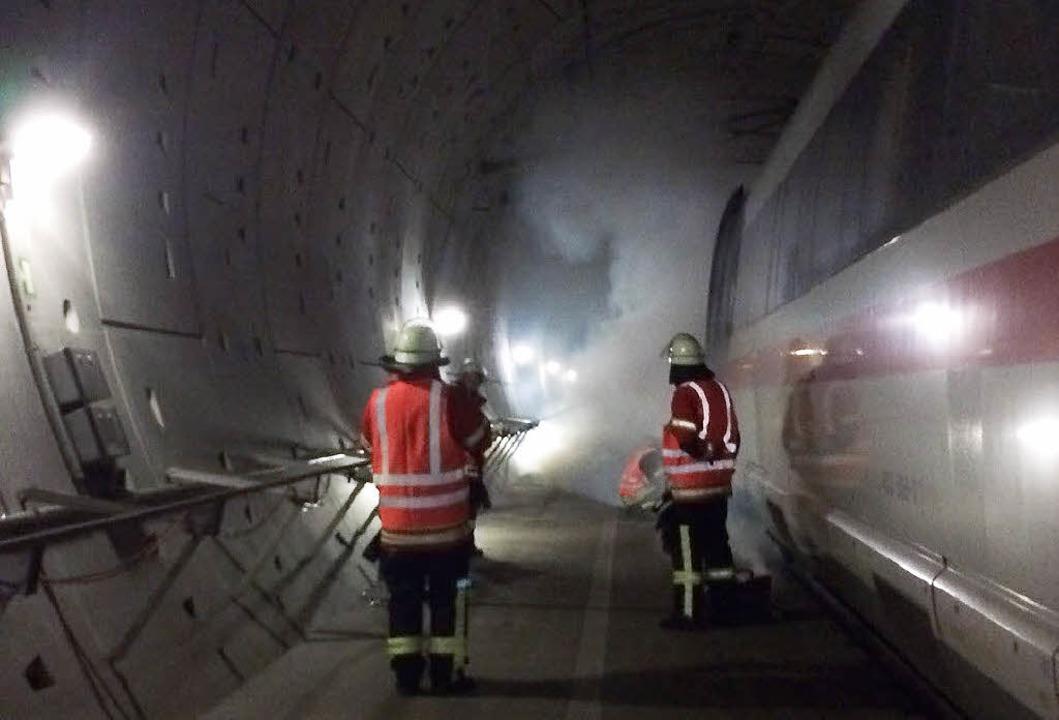 Alle beteiligten Kräfte nahmen die Ret... kein Rauch  in die gesunde Röhre zog.  | Foto: Steffen Lampe