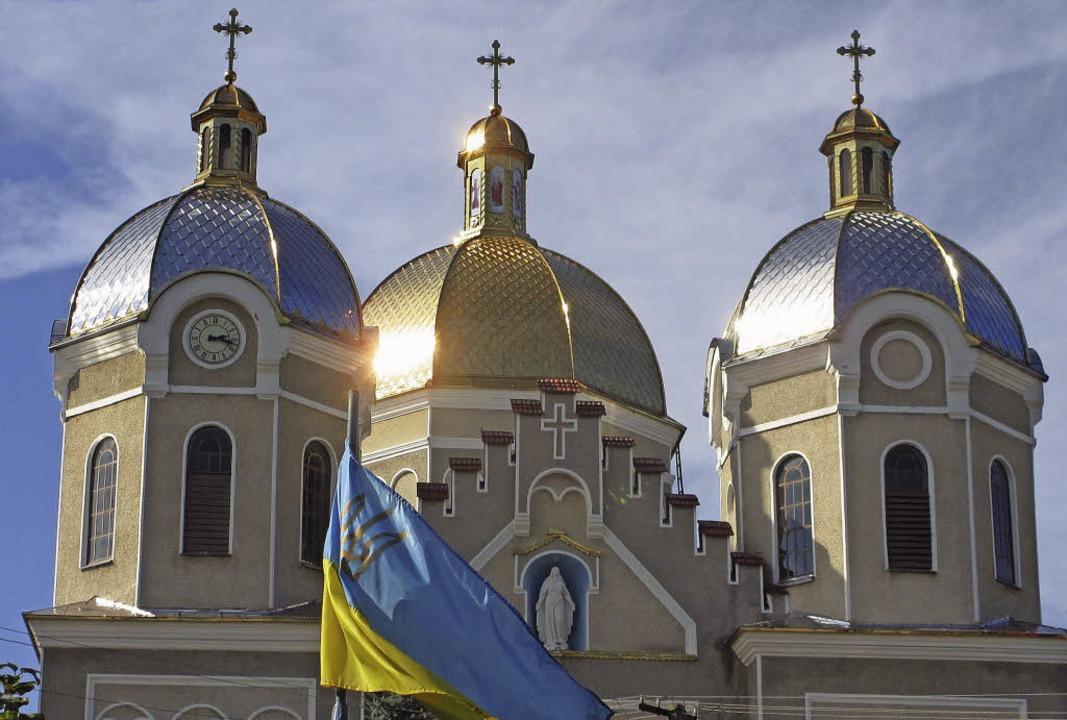 Die Kirche spielt im westukrainischen ...d die Nationalflagge ist immer dabei.     Foto: Arnegger