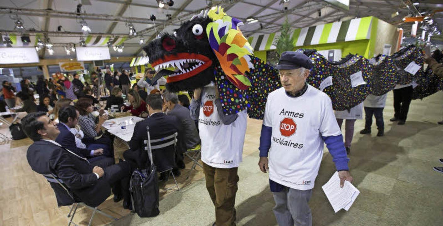 Atomwaffengegner demonstrieren auf dem Gelände der Klimakonferenz in Paris.  | Foto: dpa/afp