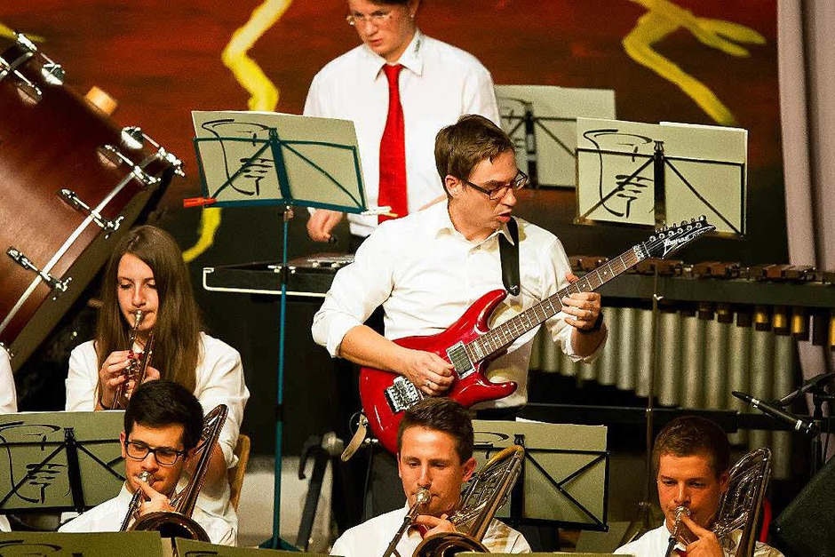 Andreas Stender war nicht zu halten bei seinen Solis an der Gitarre. (Foto: Wolfgang Scheu)