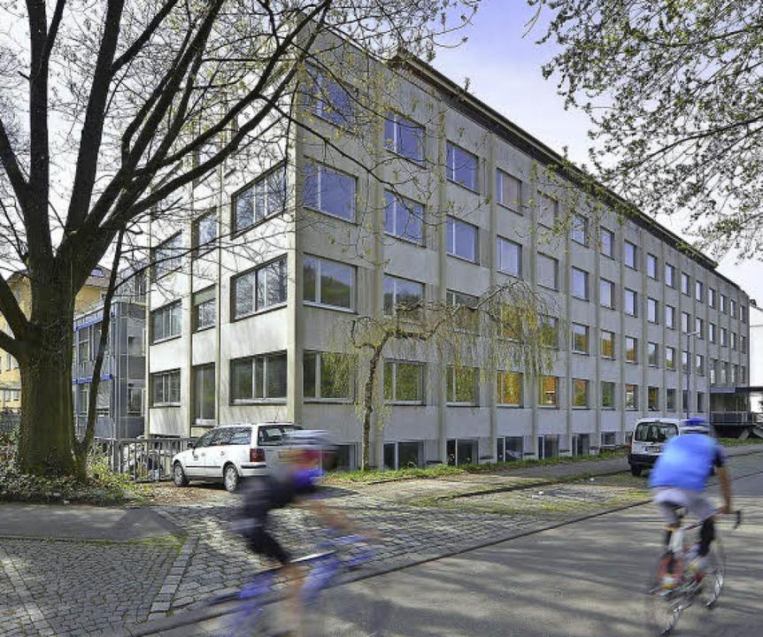 Die Fotos zeigen den alten Haufe-Bau i...014 (links) und den Stand des Neubaus.  | Foto: Michael Bamberger