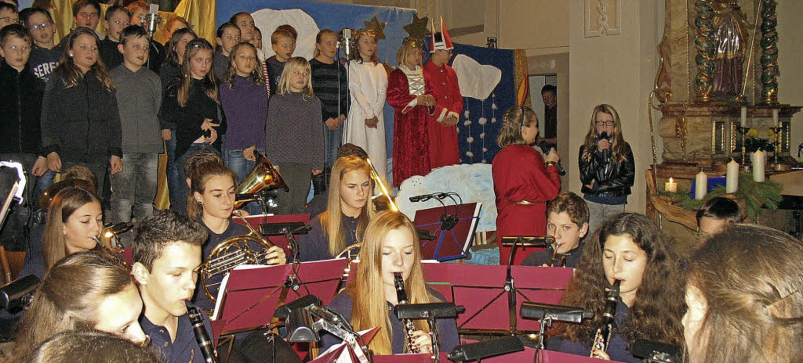 Jungmusiker und Grundschüler sorgen fü...hnachtliche Atmosphäre in der Kirche.   | Foto: Gaby Beha