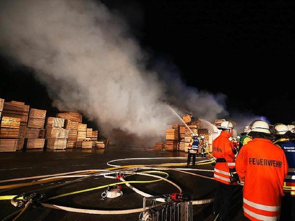 Großeinsatz  im Schwarzwald: In einem Sägewerk in Urach ist ein Feuer ausgebrochen.