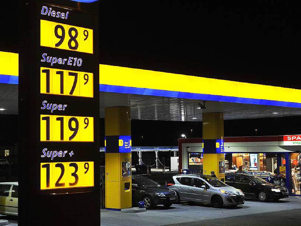 Otmyt das Bitumen vom Benzin