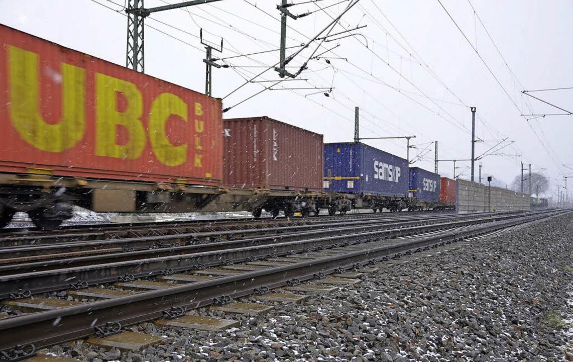 Ein Güterzug auf der Rheintalbahn nördlich von Schliengen  | Foto: drescher