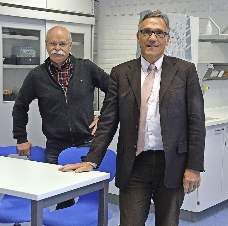 Darauf sind  Hubert Wischnewski  (rech..., die Chemieräume demnächst ebenfalls.  | Foto: Ingrid Böhm-Jacob