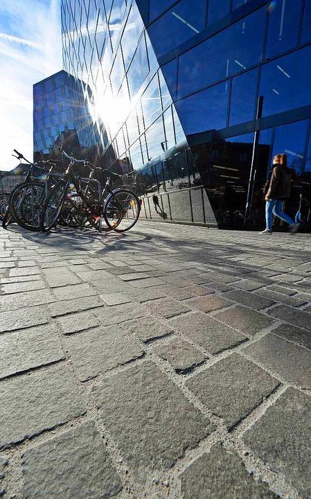 Die Stadtverwaltung hält den Stein aus...r bei der Unibibliothek verlegt wurde.  | Foto: Michael Bamberger