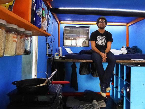 panorama oakland in den usa leben menschen in ausrangierten containern badische. Black Bedroom Furniture Sets. Home Design Ideas