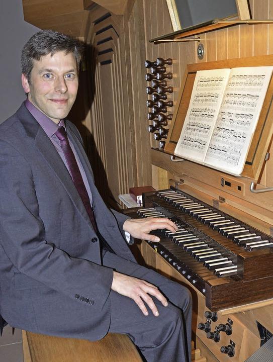 Bedient wahrlich meisterhaft die &#822...Kirchenmusikdirektor Christoph Bogon.     Foto: Georg Diehl