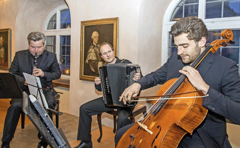 Das Trio Neuklang überraschte mit einem besonderen Programm.   | Foto: olaf michel