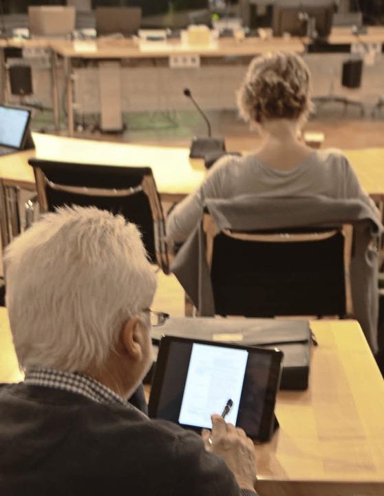 In der Sitzung immer präsent: Auf dem ...zeit auf die Unterlagen zurückgreifen.  | Foto: Gerhard Walser