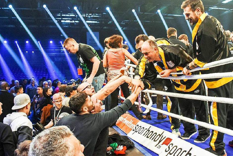 Fans gratulieren dem italienischen Team um Giovanni DeCarolis (Foto: Sebastian Köhli)