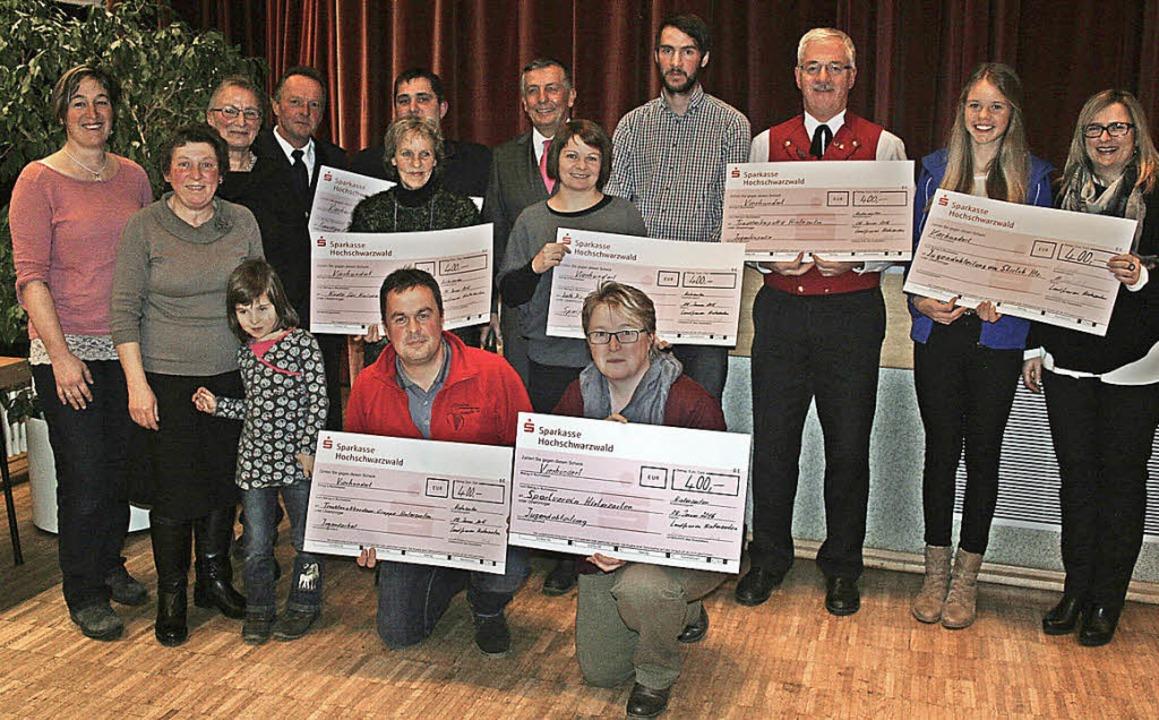 Schecks in Höhe von jeweils 400 Euro ü...arrgemeinde und an Knete für Knilche.   | Foto: Dieter Maurer