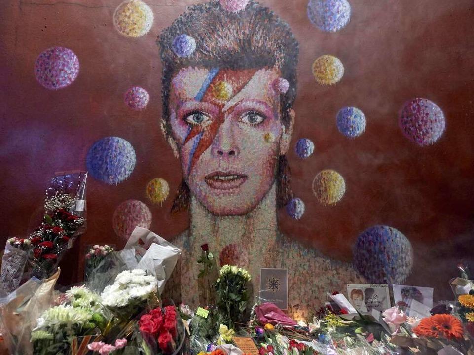 Im Londoner Stadtteil Brixton legten F...n Street-Artist Jimmy C Blumen nieder.  | Foto: AFP