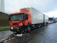 Fahrer stirbt auf der B 33 in den Tr�mmern seines Kleintransporters