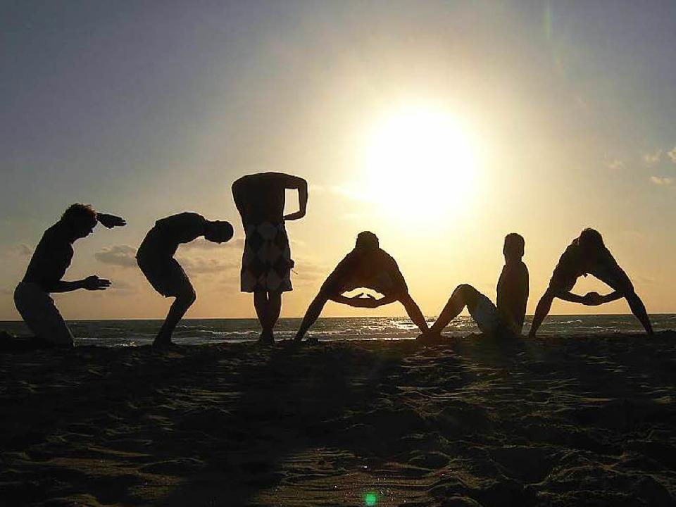 Urlaub hält auch fit: Gymnastik in der Abendsonne an einem Strand in Spanien  | Foto: AxelWill/photocase.de