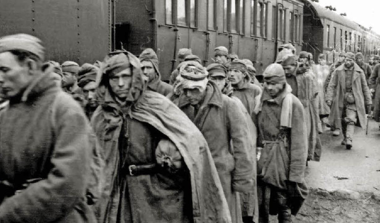 Millionen Sowjetsoldaten gerieten im Z...hr als die Hälfte kam dort ums Leben.   | Foto: Ullstein