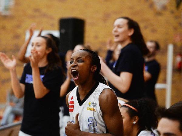 """""""Wow, was sind wir für ein tolles  Team"""" -  Chelsea Douglas (weißes Trikot) und ihre Mitspielerinnen Christina Zehender (links) sowie Nadjeschda Ilmberger (rechts) bejubeln eine gelungene Aktion."""