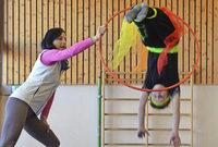 Schwebende und zaubernde Grundsch�ler