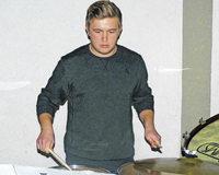 Gro�es Talent will sich am Schlagzeug beweisen