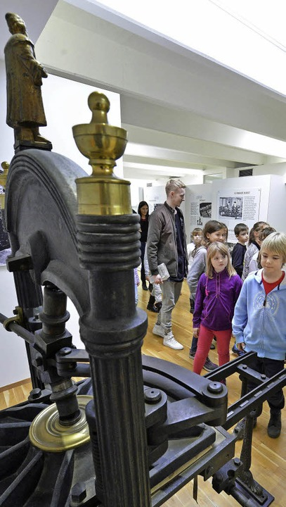 Junge Leser, alte Druckmaschine: Die V...aunen, was es im Museum zu sehen gibt.    Foto: Michael Bamberger