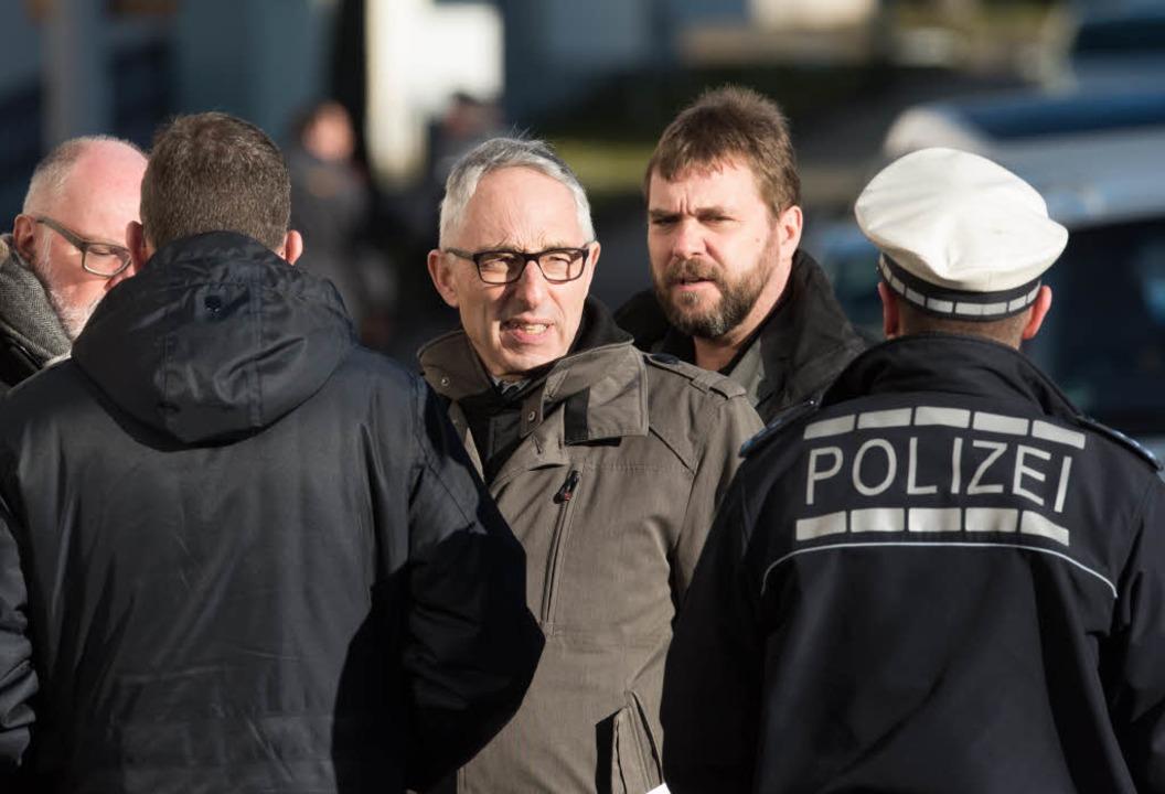 Der Oberbürgermeister von Villingen-Sc...) informiert sich  bei Polizeibeamten.  | Foto: dpa