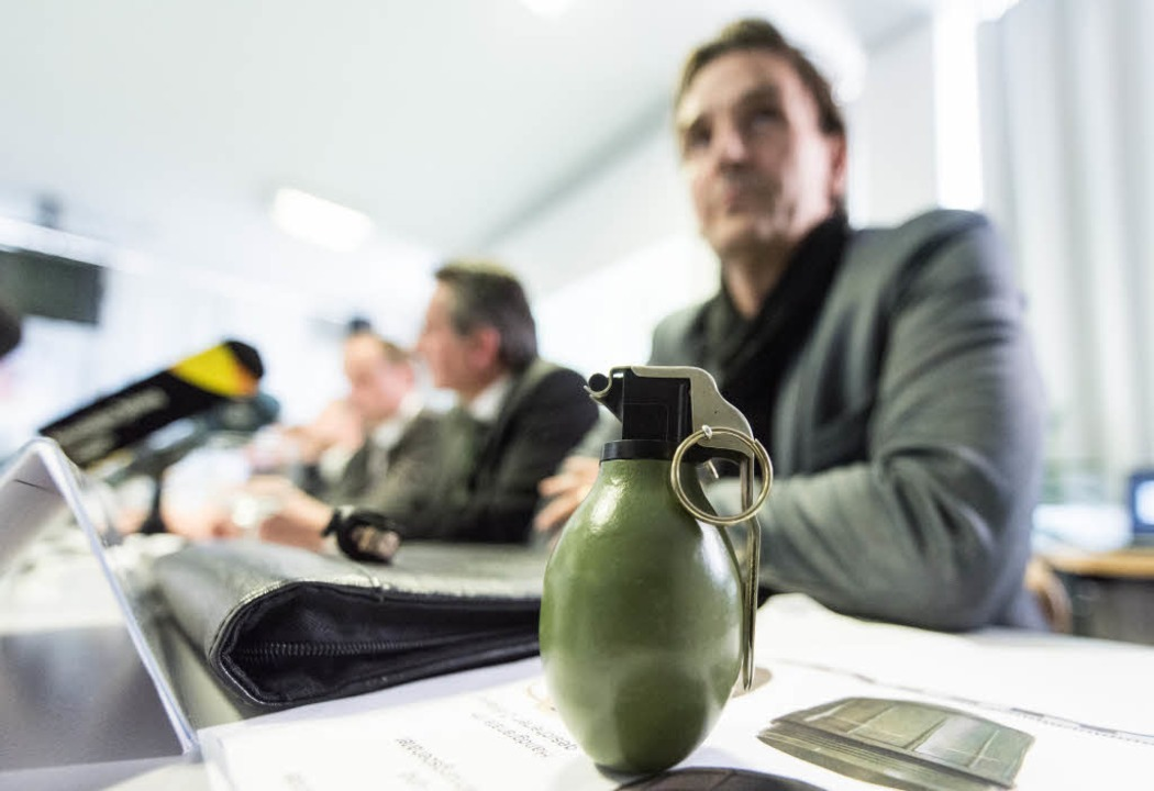 Ein Modell der Handgranate M52 aus dem...lingsunterkunft in Villingen geworfen.  | Foto: dpa