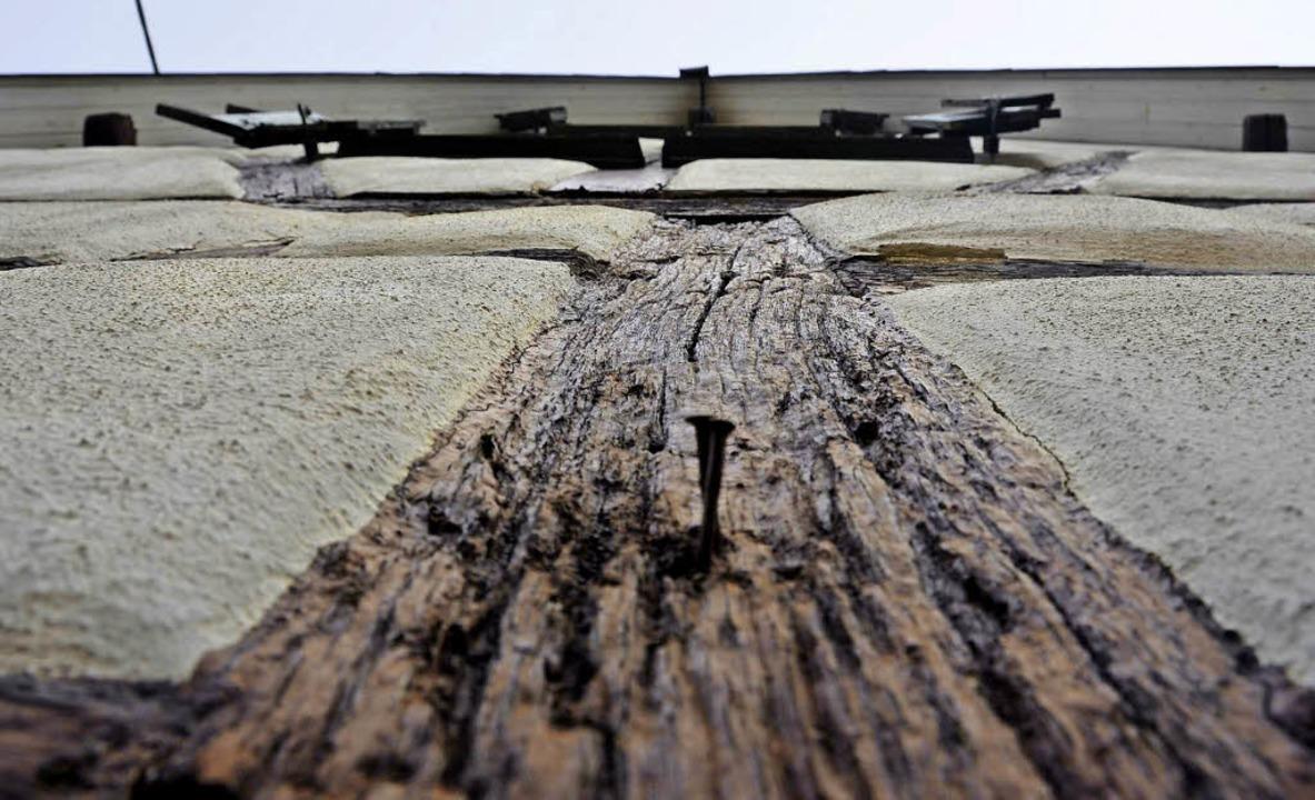 Die Holzbalken in der Fassade des Gaus... Das Hauptproblem ist aber  das Dach .  | Foto: Max Schuler
