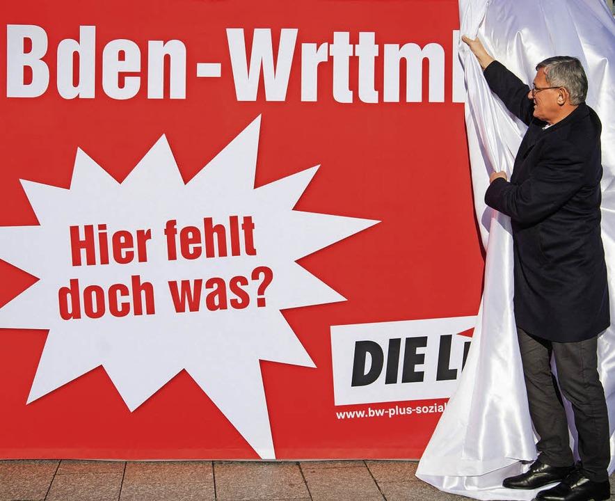 Bernd Riexinger enthüllt ein Wahlplaka...ihen, selbst im neuen Landtag fehlen.   | Foto: dpa