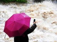Unwetter im S�dwesten h�lt an - Fl�sse f�hren Hochwasser