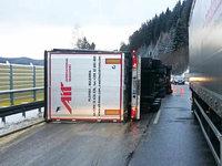 Neustadt: Umgekippter Laster blockiert B 31, Umleitung eingerichtet