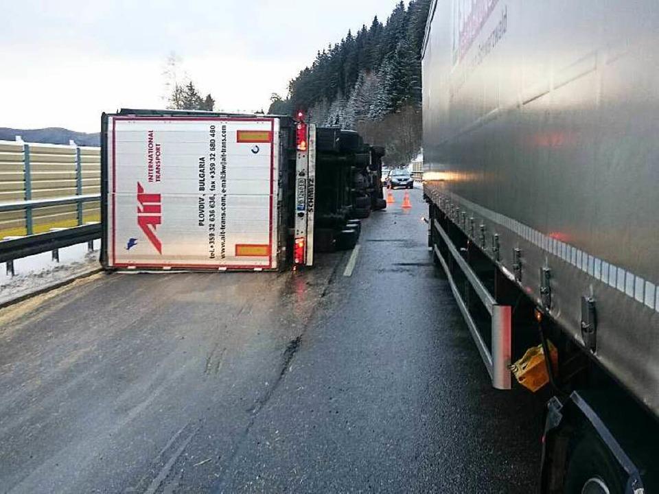 Auf der B 31 ist bei Neustadt ein Sattelzug umgestürzt.  | Foto: kamera24