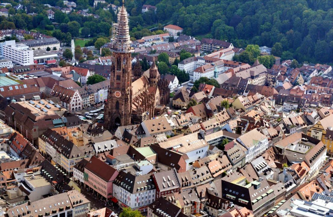Je weiter weg vom Freiburger Münster, ...nimmobilien, heißt es in der Branche.     Foto: Rolf Haid/dpa