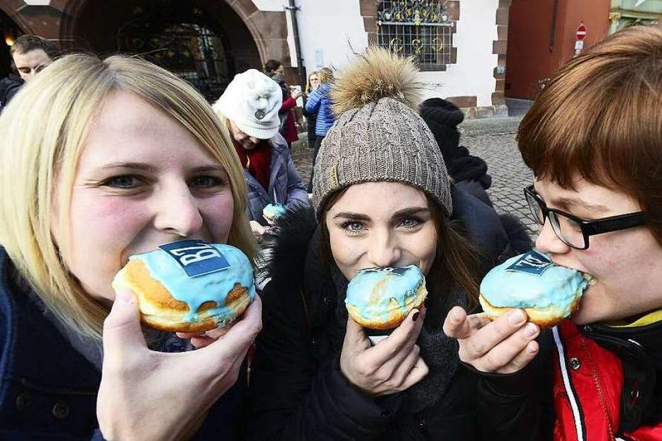 Spontane Feier auf dem Rathausplatz – passend zur Fasnet! (Foto: Ingo Schneider)