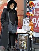 Eine Baslerin verkauft seit 15 Jahren Plaketten f�r die Basler Fasnacht