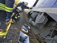 VW-Passat kollidiert im Bahn�bergang mit TGV