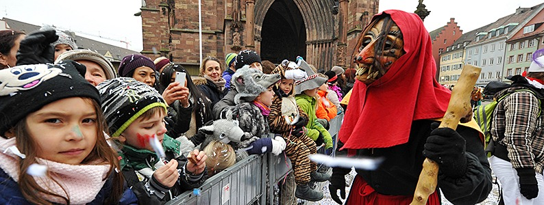 Narren trotzen dem Sturm: Rosenmontagsumzug in Freiburg  findet statt