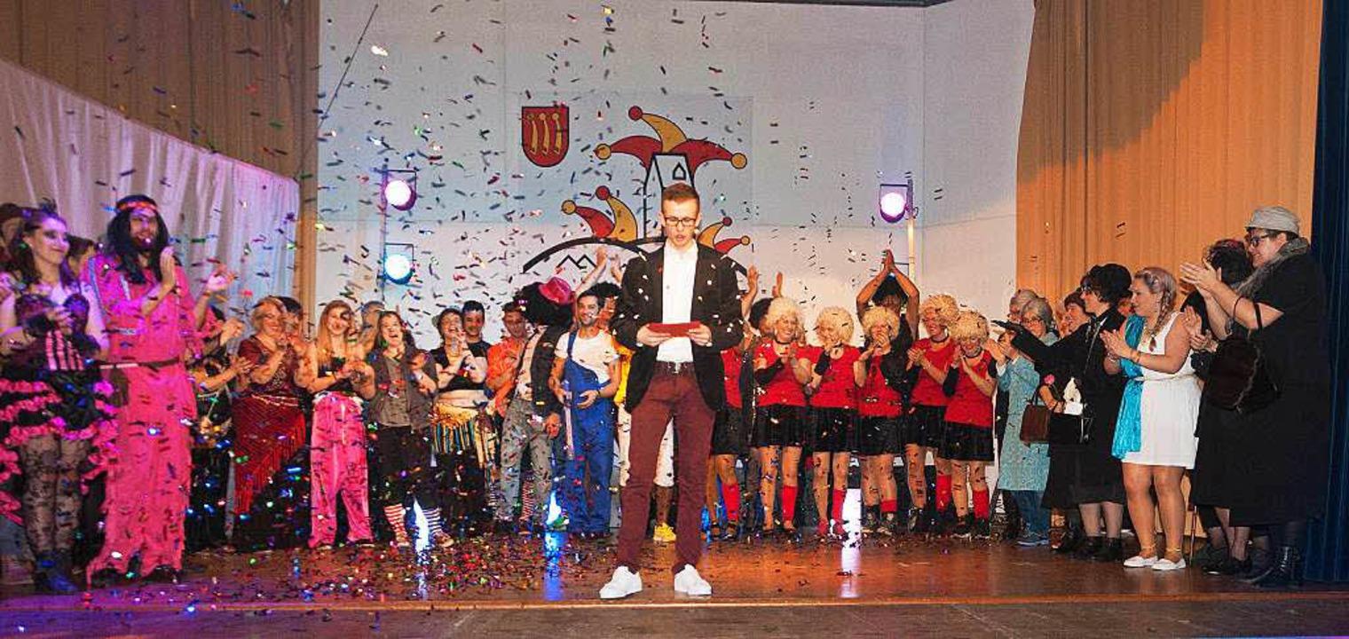Beim großen Finale mit Konfettiregen v...ure das Abend gemeinsam auf der Bühne.  | Foto: Helmut Rothermel