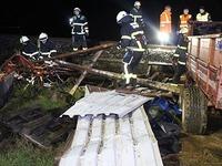 Sturm weht Blechh�tte auf Bahngleis - Z�ge fallen aus