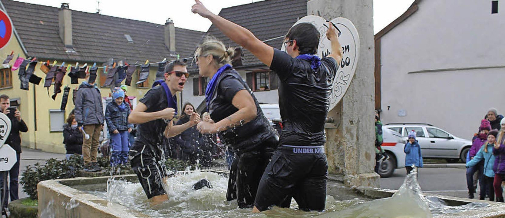 Eine ziemlich kalte Angelegenheit war die Taufe der Neumitglieder im Brunnen.   | Foto: Albert Greiner
