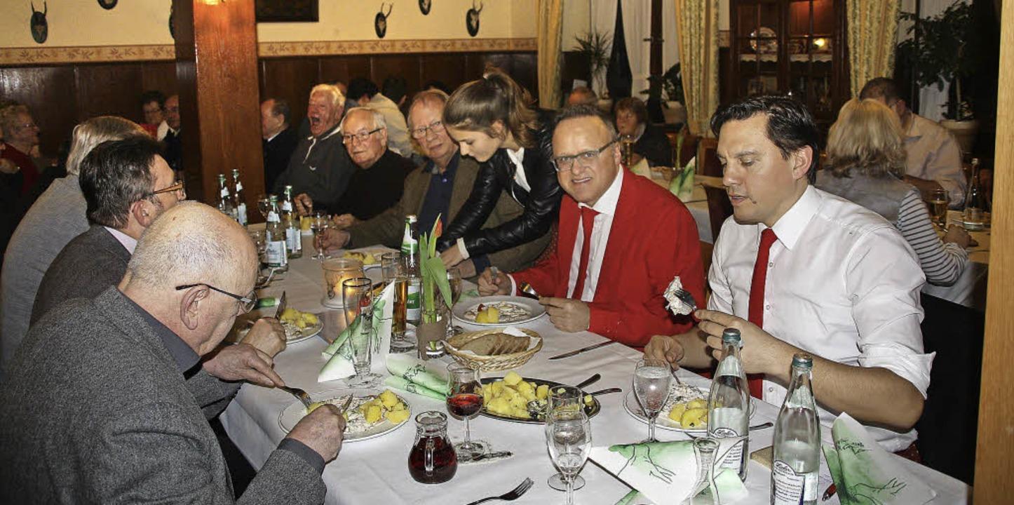 Zwei Männer in Rot genießen den Hering... das Wort im Wahlkampf der Landes-SPD.  | Foto: Babette Staiger