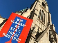 Fl�chtlinge verschanzen sich in Kirche - und wollen Asyl