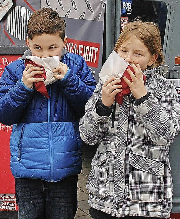 Zisch-Reporter Max und Antonia genießen ihre Burger.   | Foto: Privat
