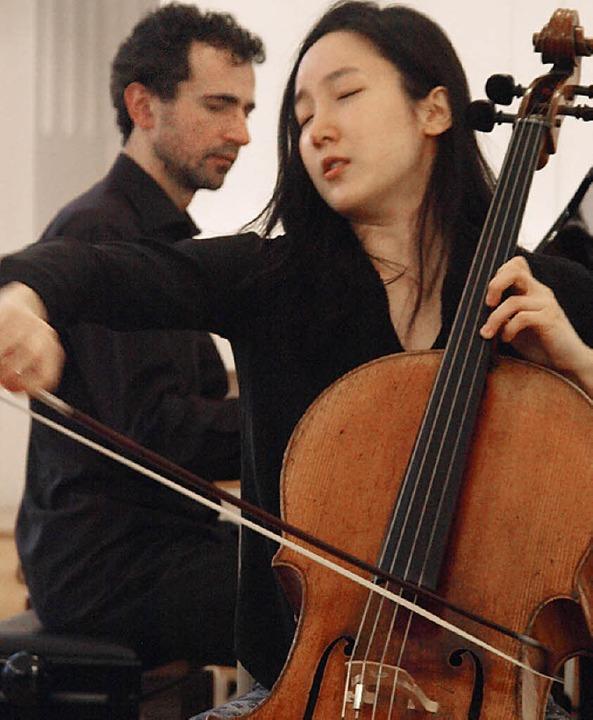 Bei dem hochkarätigen internationalen ...e Cellistin Hee-Young Lim dem Publikum  | Foto: Karin Stöckl-Steinebrunner