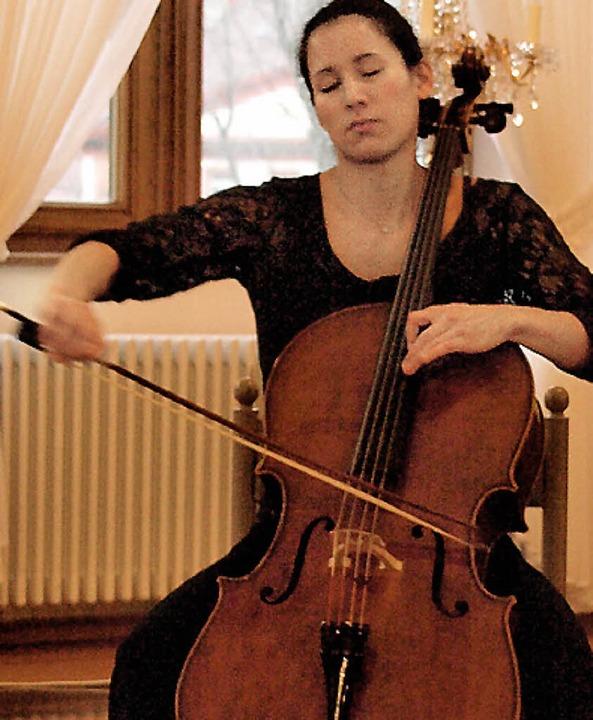 Bei dem hochkarätigen internationalen ...ge Cellistin Angela Chang dem Publikum  | Foto: Karin Stöckl-Steinebrunner