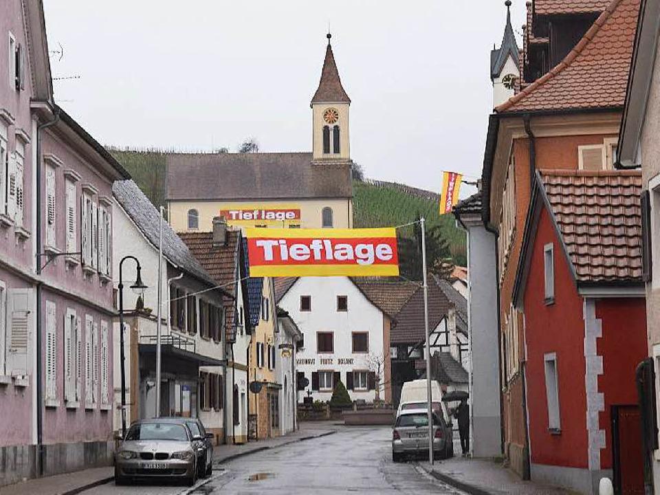 In Auggen werben gelb-rote Banner für die Tieflage der Rheintalbahn.  | Foto: Beatrice Ehrlich