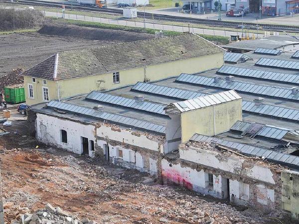 """180 Jahre nach dem Bau der """"Mechanischen Spinnerei und Weberei Steinen"""" wird die untere Fabrik auf dem Quelle-Areal dem Erdboden gleich gemacht. Beim geplanten Zerstörungswerk leistet die Firma TG Umwelttechnik ganze Arbeit."""