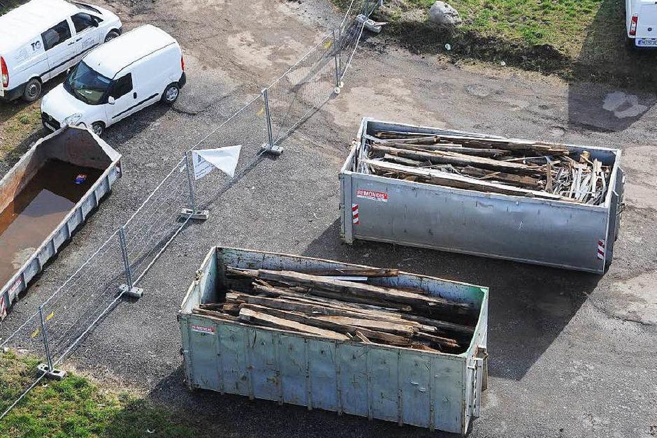 """180 Jahre nach dem Bau der """"Mechanischen Spinnerei und Weberei Steinen"""" wird die untere Fabrik auf dem Quelle-Areal dem Erdboden gleich gemacht. Beim geplanten Zerstörungswerk leistet die Firma TG Umwelttechnik ganze Arbeit. (Foto: Robert Bergmann)"""