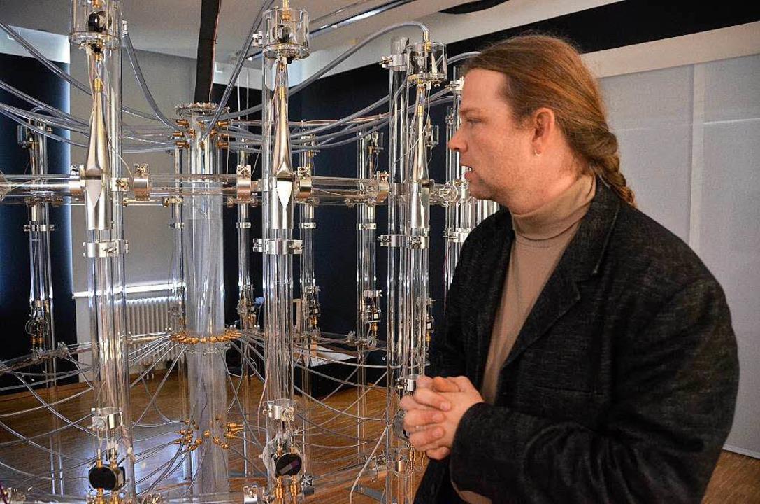 Aura calculata: Tim Otto Roth erklärt seine eindrucksvolle Wasserorgel.    Foto: Ralf Burgmaier